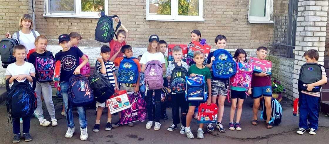 Дети с рюкзаками на 1 сентября